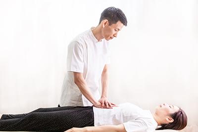 """心地よいタッピングの全身刺激で根本改善を目指す""""トントン療法"""""""